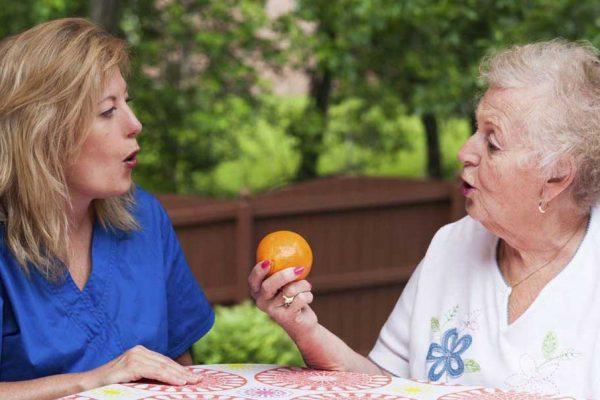۴ تمرین ساده برای درمان تکلم در سکته مغزی در خانه